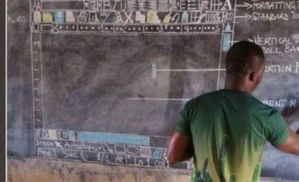 Учител преподава компютърни технологии с дъска и тебешир