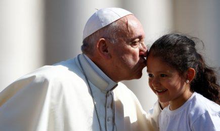 Папата: Разделянето на деца от родители е неморално