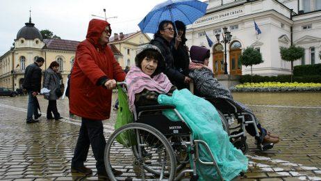 Депутатите обвързаха добавките на хората с увреждания с минималния доход