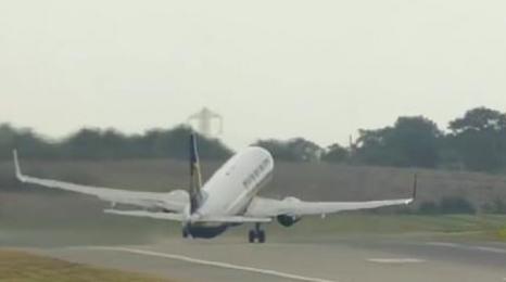 Самолет на Ryanair с драматично излитане по време на бурята Али (Видео)