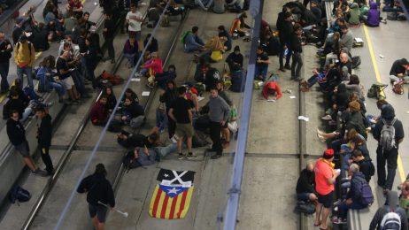 Сепаратисти блокираха пътища и влакове в Каталуня