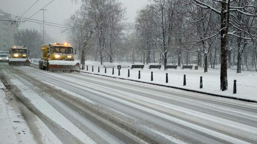 Близо 800 машини чистят снега в страната