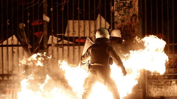 Гръцки анархисти са извършили нападение над италианското посолство в Атина
