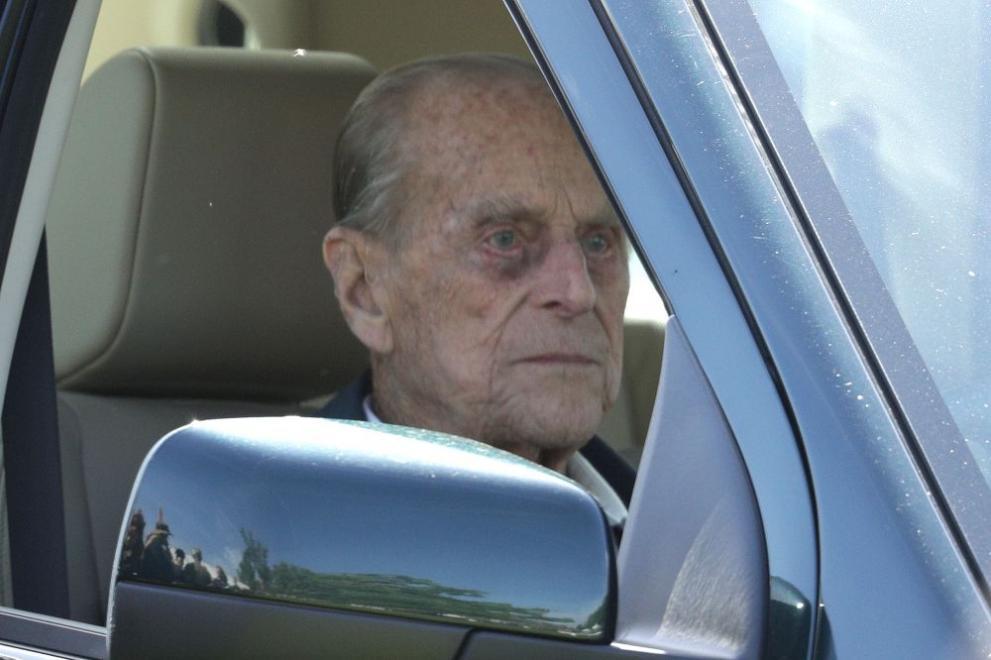 След няколко инцидента: Принц Филип доброволно върна шофьорската си книжка