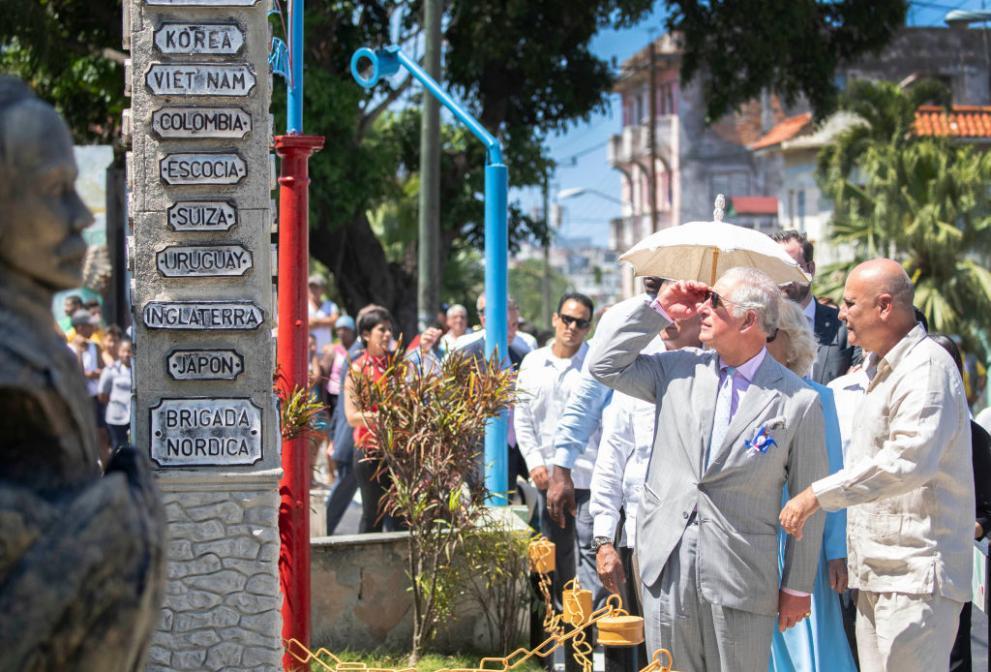 В сърцето на Хавана: Принц Чарлз откри статуя на Шекспир и се разходи из Куба