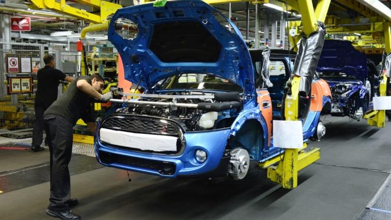 Британските автопроизводители свиват производството си наполовина