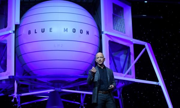 "Шефът на ""Амазон"" показа макет на лунен апарат, наречен ""Блу муун"""