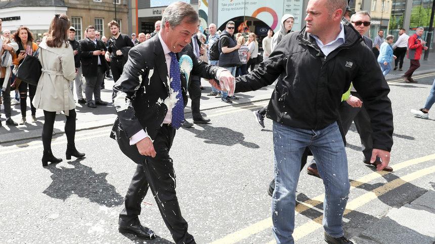 Противник на Брекзит заля Фараж с млечен шейк