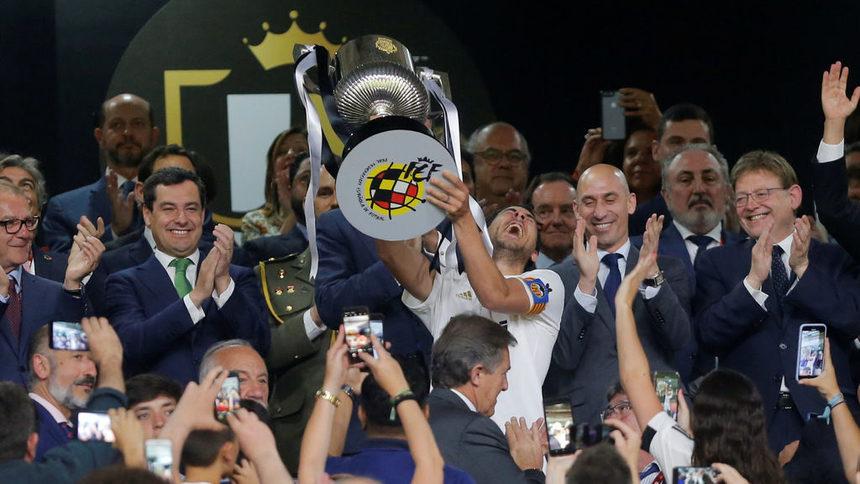 """""""Валенсия"""" шокира """"Барселона"""" и триумфира с Купата на краля"""