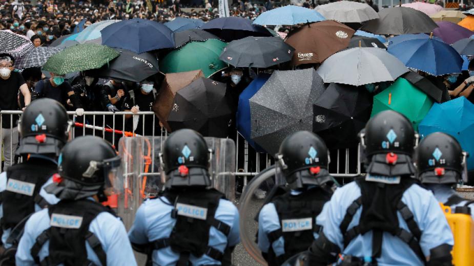 Сблъсъци между полиция и протестиращи в Хонконг заради спорен закон