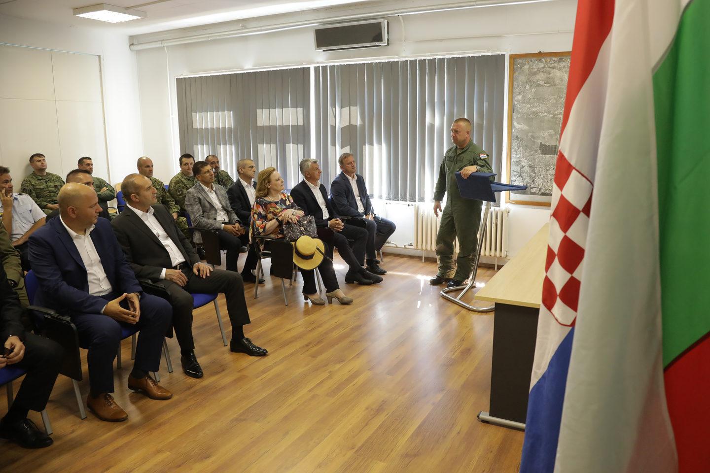 """Президентът Румен Радев посети военно-въздушната база """"Земуник"""" в Хърватия"""