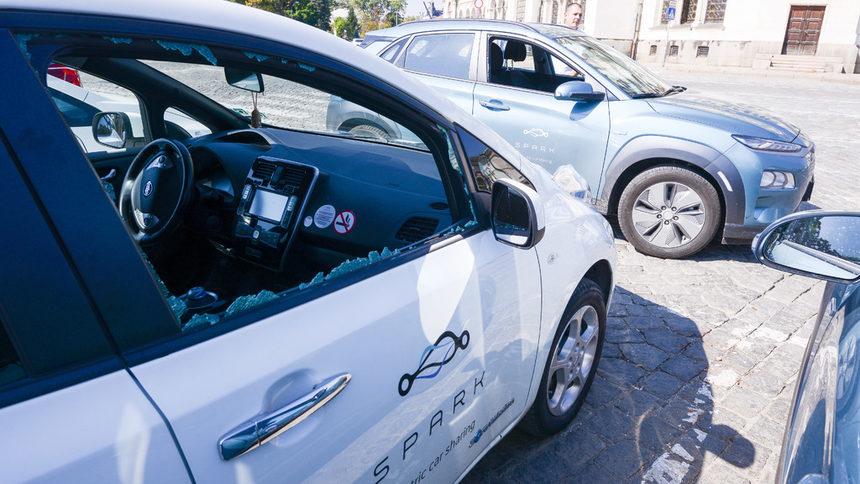 """Компанията за споделени електромобили """"Спарк"""" се оплака от вандалска акция срещу колите ѝ"""