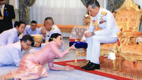 Кралят на Тайланд се самоизолира с 20 жени в германски хотел