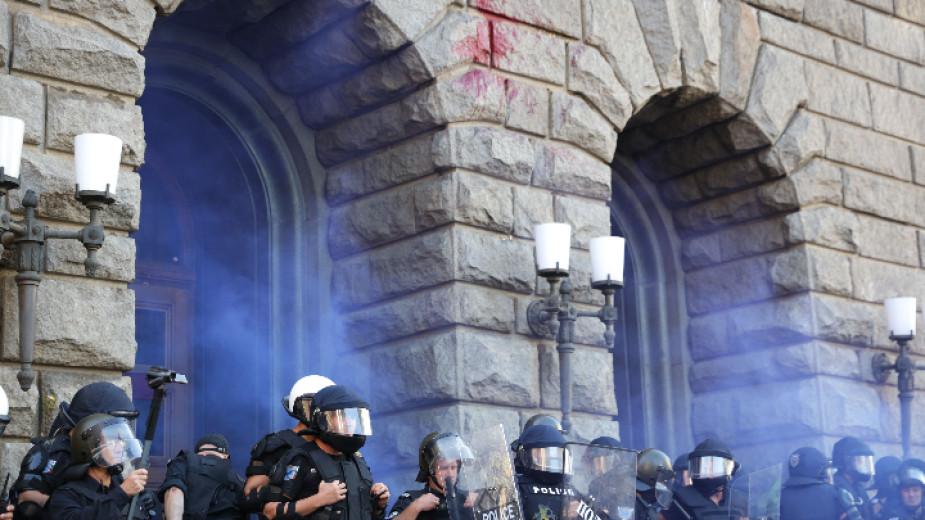 Сблъсъци, обгазени и задържани пред парламента