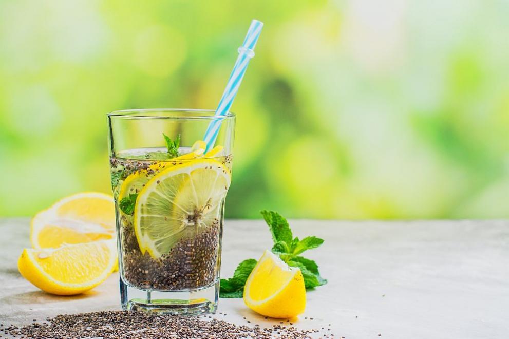 Модерната напитка за плосък корем – вода с чия